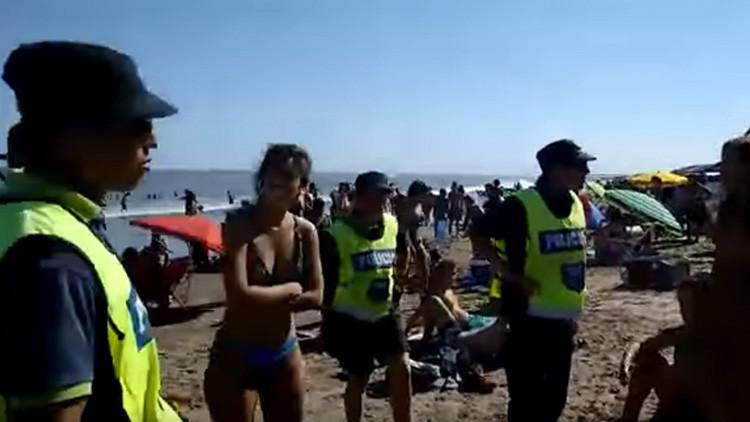 20 agentes de policía para impedir que tres mujeres hicieran 'topless' en la playa (VIDEO)