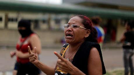 Familiar de uno de los presos frente a la entrada principal de la prisión de Anísio Jobim, Manaos, Brasil.