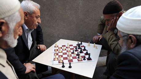Hombres kurdos juegan al ajedrez en la ciudad turca de Diyarbakir