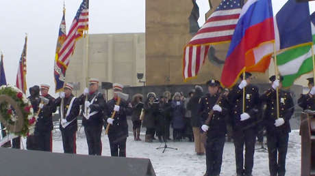 La ceremonia conmemorativa frente al Tear Drop Memorial