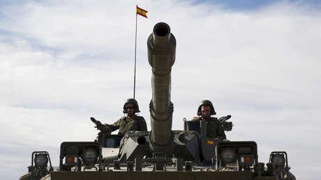 Dos militares dirigen un blindado en San Gregorio, Zaragoza, España, el 4 de noviembre de 2015.