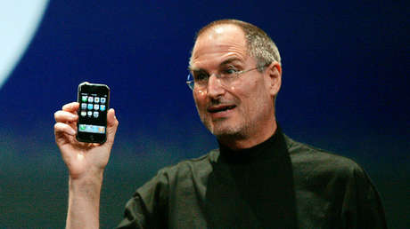 Steve Jobs sostiene un iPhone en San Francisco, el 9 de enero de 2007