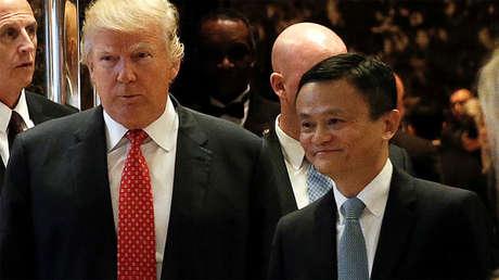Donald Trump camina junto al presidente ejecutivo de Alibaba, Jack Ma, tras una reunión en Nueva York