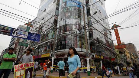 Varias personas caminan por el área comercial de ropa de Gamarra, en Lima, Perú.