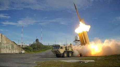 Un misil interceptor del sistema de defensa THAAD es lanzado durante una prueba de funcionamiento.