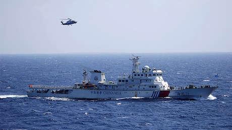 Un buque y un helicóptero chinos en las islas Paracel, conocidas en China como las Xisha, en el mar de la China Meridional