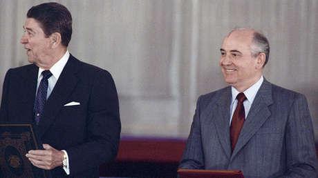 El presidente de EE.UU. Ronald Reagan junto con el presidente de la URSS Mijaíl Gorbachov