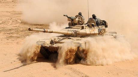 Un tanque de combate T-90 del Ejército indio