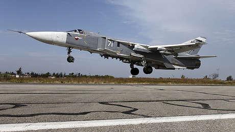 Un caza ruso Su-24 despega de la base aérea de Jmeimim en Siria.
