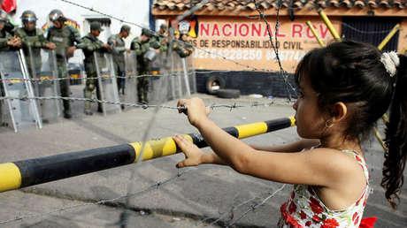 Una niña en el puente internacional Francisco de Paula Santander en Ureña, Venezuela. el 18 de diciembre de 2016.