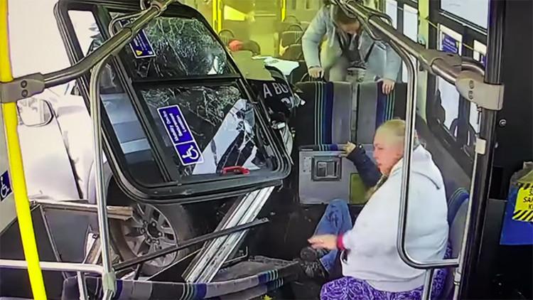 Fuertes imágenes: una camioneta choca estrepitosamente contra un bus