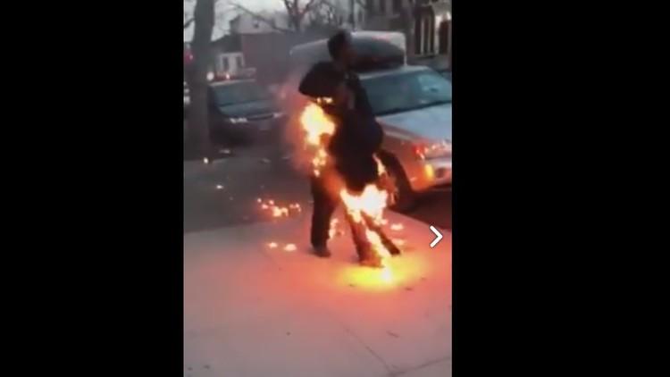 Un hombre se prende fuego en plena calle en Nueva York y sigue caminando como si nada