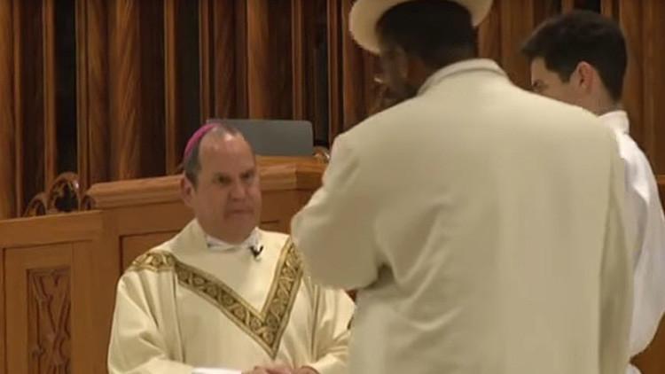 """""""Perdona nuestros pecados"""": Atacan brutalmente a un sacerdote católico durante una misa (Video)"""
