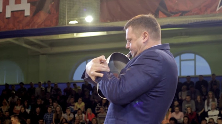 VIDEO: atleta ruso convierte con una mano una sartén en un 'burrito mexicano'