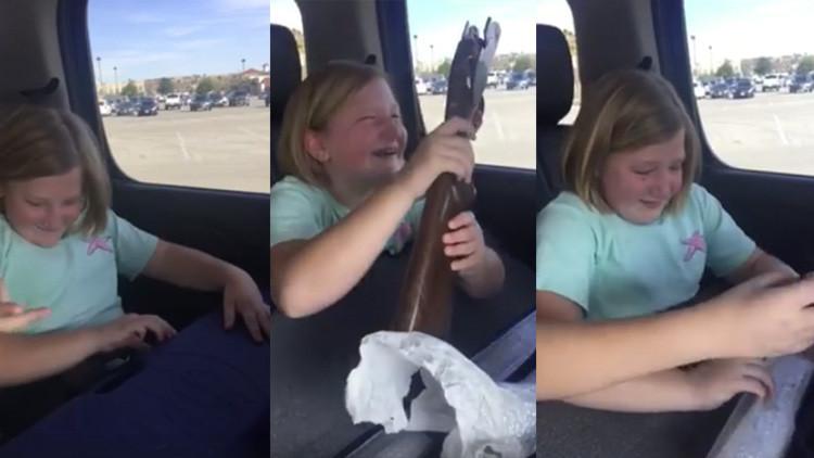 """""""Su reacción te hará llorar"""": Regalan a una niña de 10 años un arma letal (VIDEO)"""