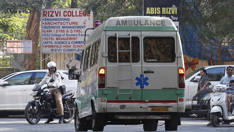 FUERTES IMÁGENES: Joven se desangra en una calle de India mientras lo filman