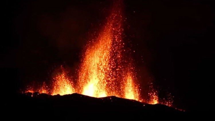 Una fascinante erupción volcánica ilumina el cielo nocturno (VIDEO)