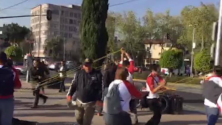 """""""Les devolvemos la mierda que dan al país"""": Arrojan pañales sucios a sede del PRI de México (VIDEO)"""