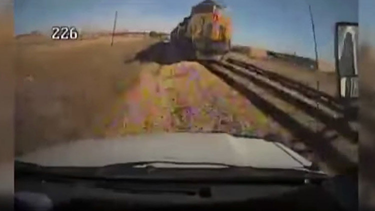 Violento choque entre un autobús y un tren captado por una cámara de seguridad (VIDEO)