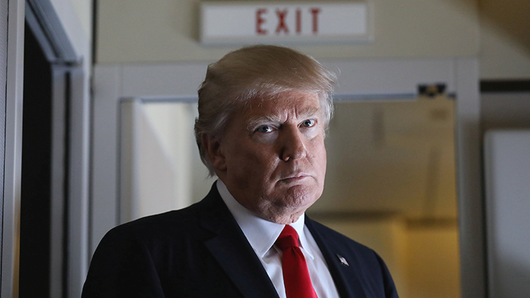 """""""Por qué no"""": críticas a una revista  por la imagen de Trump bajo la mira de un arma (FOTO)"""