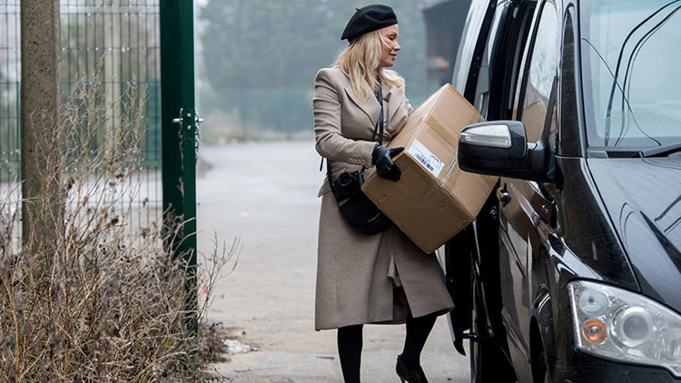 Pamela Anderson revela detalles sobre el abrigo ecológico ruso que le va a regalar a Melania Trump
