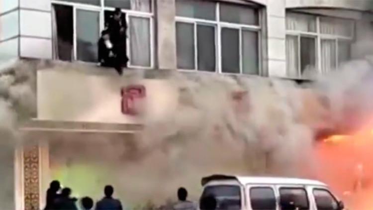 Un potente incendio en un spa en China deja 18 muertos (FUERTE VIDEO)
