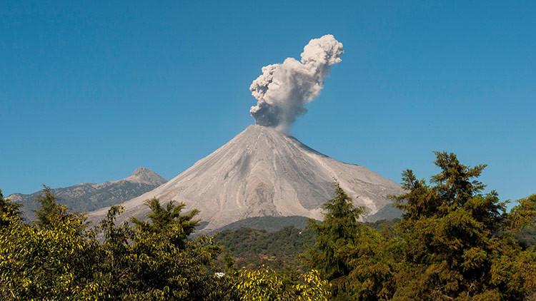 Una potente explosión del volcán de Colima es captada en video impresionante