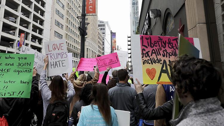 La guerra de las protestas: manifestantes pro y anti-Trump chocan frente a frente (FOTOS, VIDEOS)
