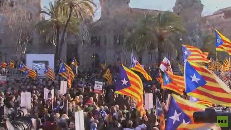 Juzgan a Artur Mas por la consulta independentista de Cataluña en medio de protestas (VIDEO)