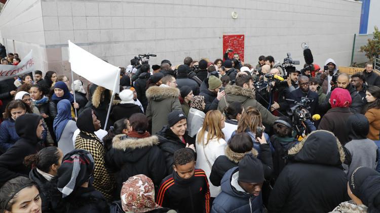 Cuatro policías franceses acusados de violar a un joven con su porra durante una identificación