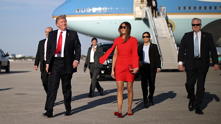 Experta en lenguaje corporal explica por qué Trump evita tomar la mano de Melania