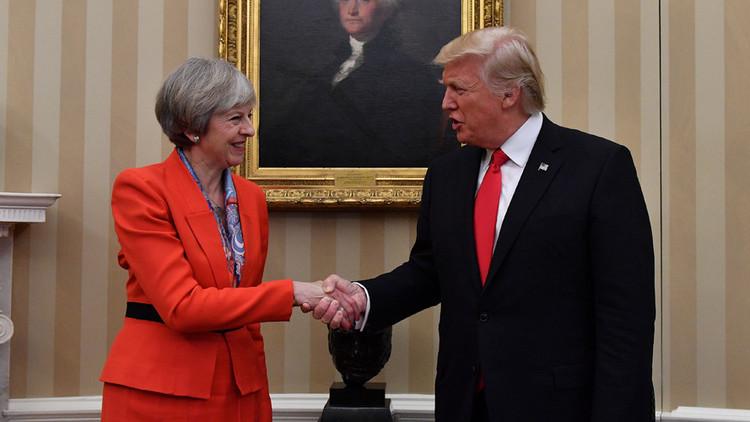 Theresa May también se burla de las manos de Trump