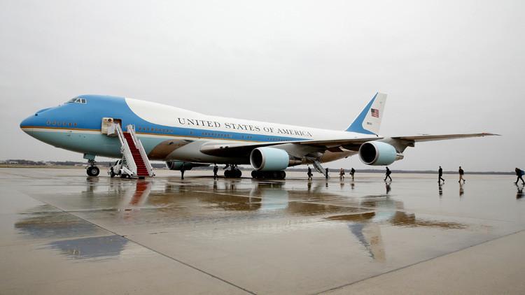 Un avión se acerca demasiado al Air Force One con Trump a bordo