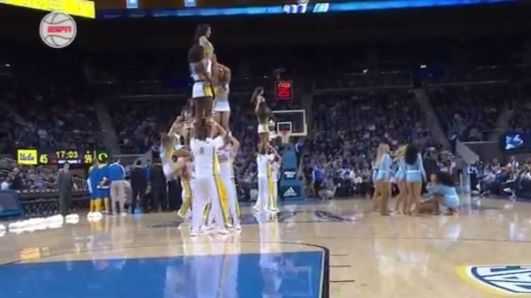 Una animadora sufre dos fuertes caídas durante un partido de baloncesto