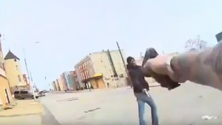 FUERTES IMÁGENES: Policía mata a tiros a un delincuente justo antes de que dispare contra él (18+)