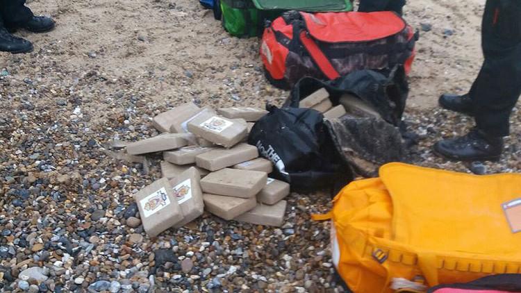 Sorpresa en Reino Unido: Las olas arrojan bolsas con 360 kg de cocaína en la costa británica