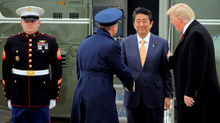 El incómodo momento en que Trump da un extraño apretón de manos al primer ministro japonés