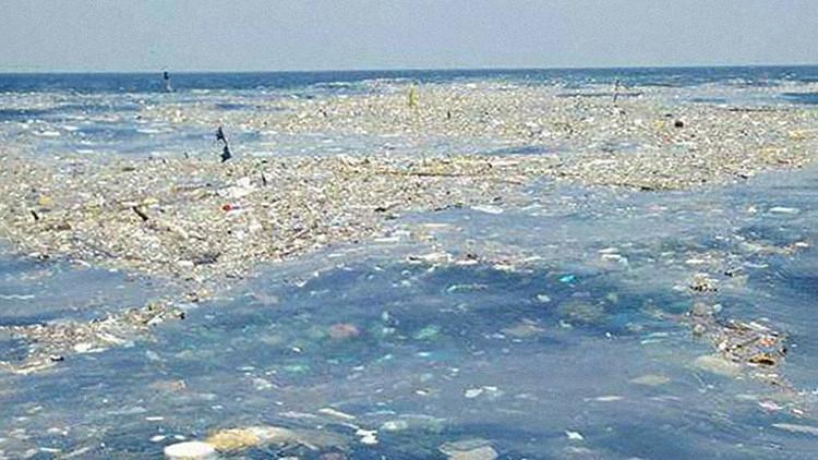 FOTOS: Una enorme 'isla de basura' flota cerca de la costa de Tailandia