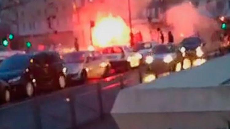 VIDEO: Atacan a un periodista y queman dos autos durante protestas en Francia