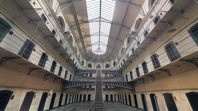 Periodista se infiltra en una cárcel británica y revela que casi está dirigida por los presos