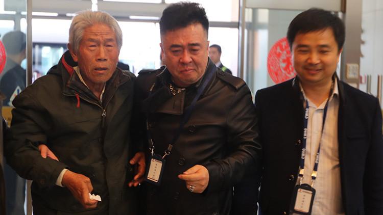 """""""Bienvenido a casa soldado"""": Veterano chino atrapado en la India regresa a su país 54 años después"""