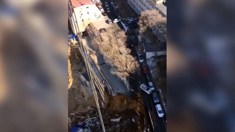 VIDEO: Enorme socavón se traga parte de una carretera en el Lejano Oriente de Rusia