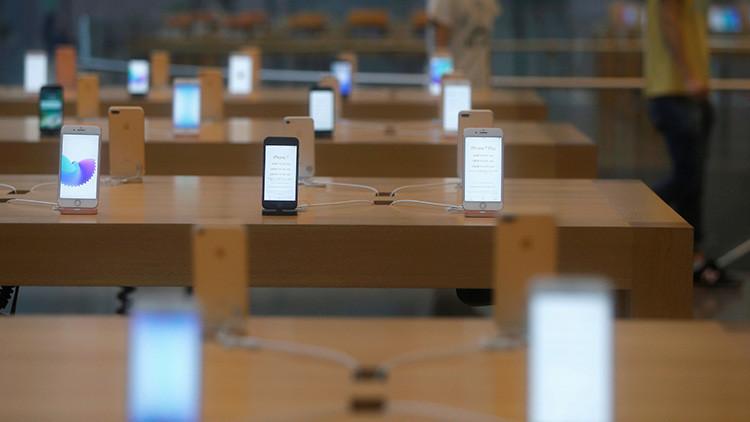 'Bocado a la manzana': 10 detenidos en Madrid por robar 24 iPhones mordiendo los cables de seguridad
