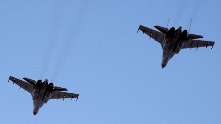 Dos aviones Sukhoi Su-35S realizan figuras de acrobacia portando misiles (VIDEO)