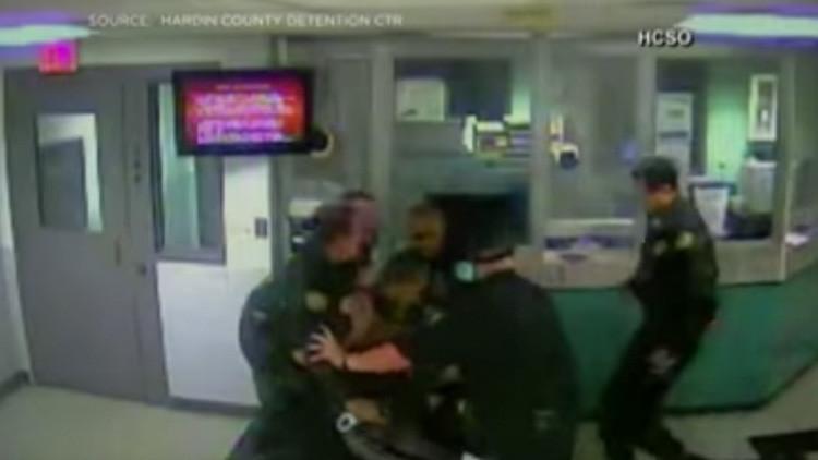 'Policía bueno, policía malo': Dos agentes de seguridad se pelean en una cárcel en EE.UU. (VIDEO)