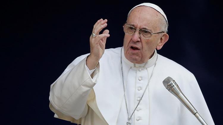 """El papa Francisco pide a movimientos sociales actuar contra el """"vaciamiento de las democracias"""""""
