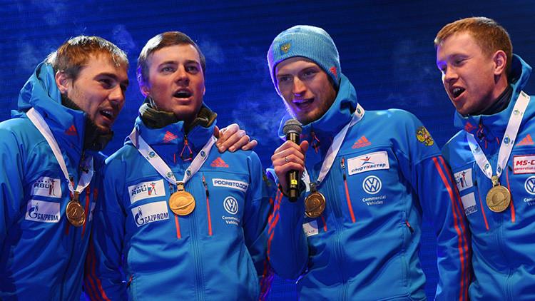 Confunden el himno ruso en el Campeonato de Biatlón y los atletas lo cantan a capela (Video)