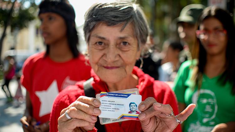 Venezuela continúa con la entrega del Carnet de la Patria, que regulará el acceso a los alimentos