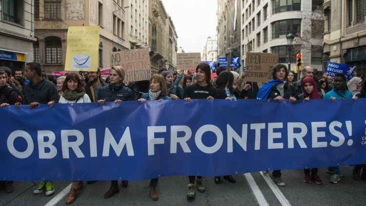 """""""Queremos acoger"""": una gran marcha prorrefugiados reúne a 160.000 personas en Barcelona (video)"""