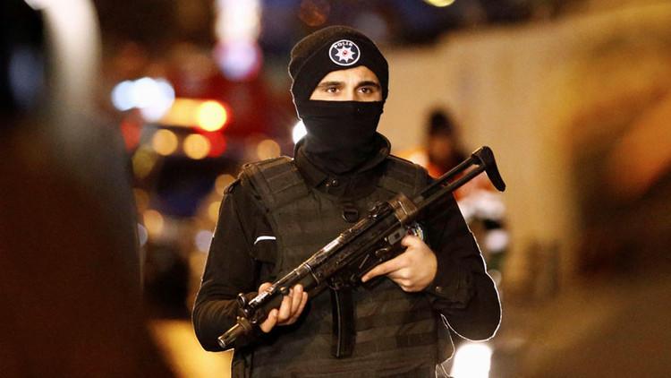 Hombres armados en motocicletas abren fuego contra una cafetería en Estambul